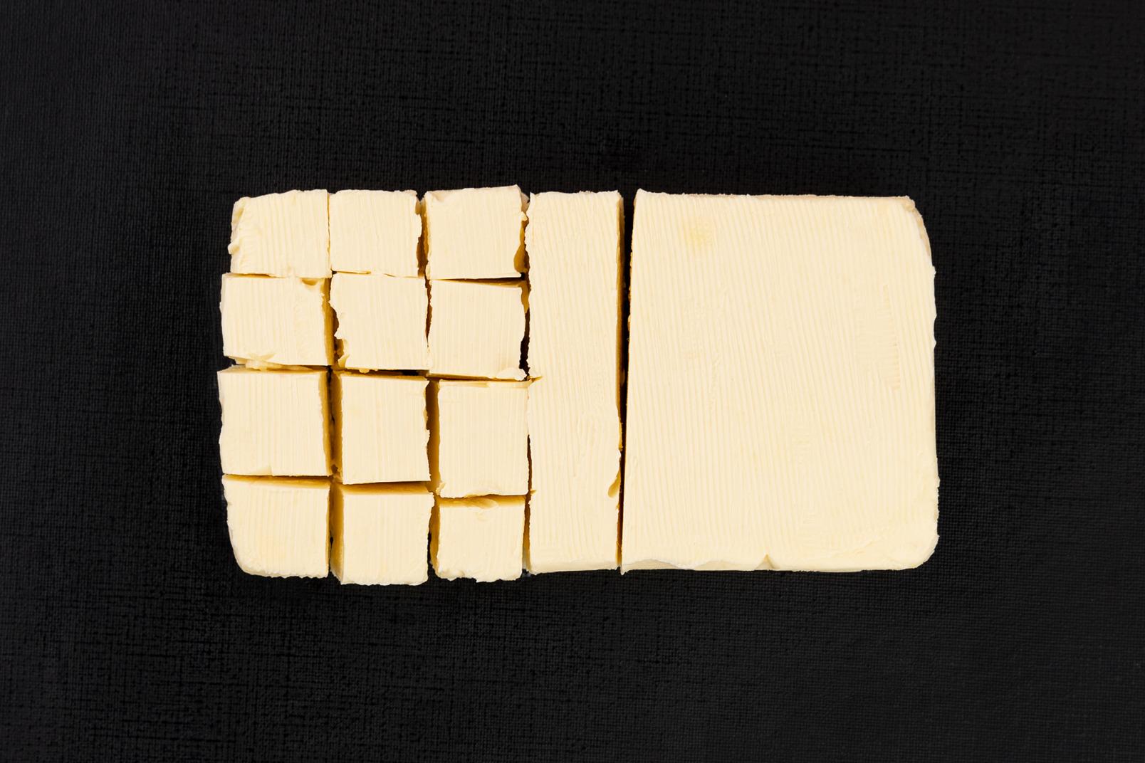 Butterblock auf schwarzem hintergrund schneiden