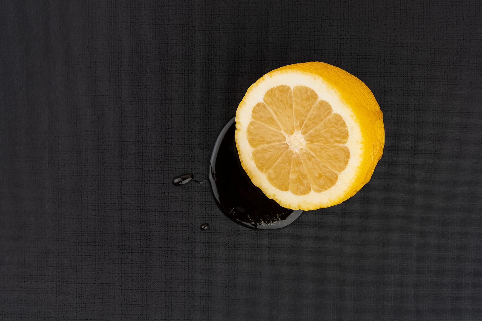 Drückte orange auf dem schwarzen hintergrund