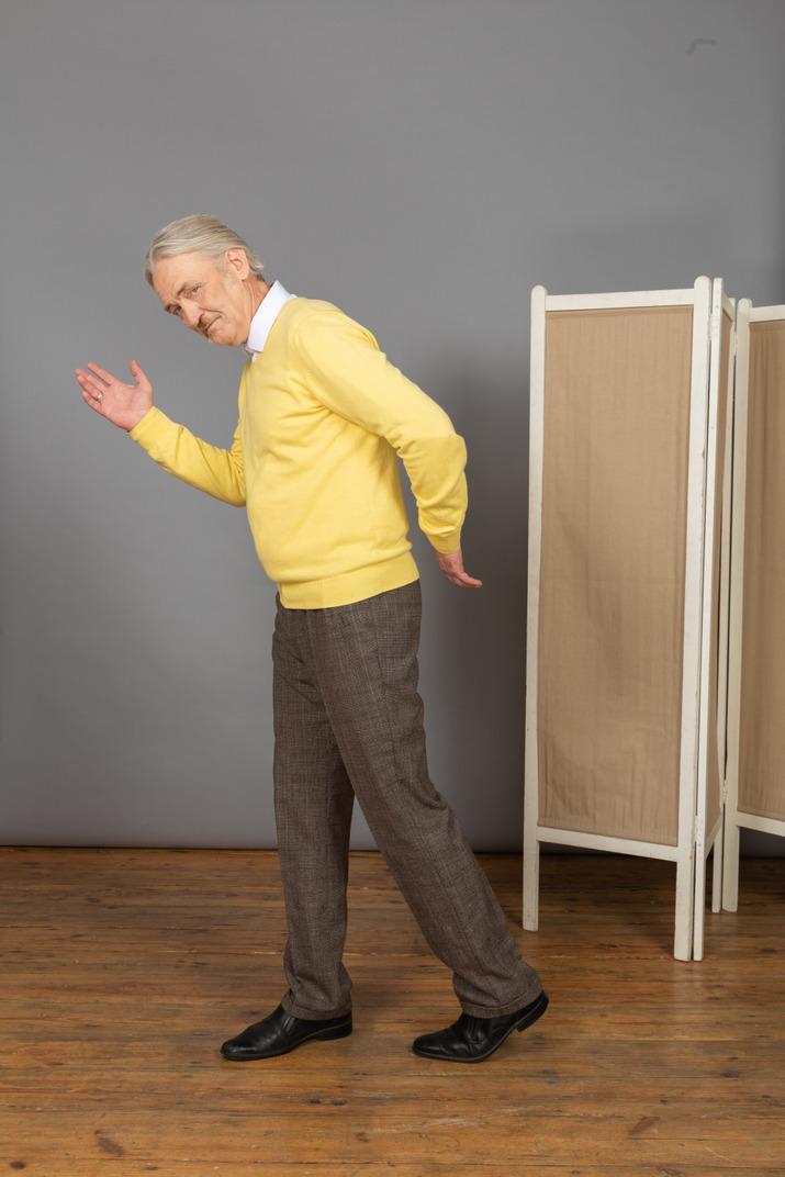 Seitenansicht eines alten mannes, der wie ein roboter geht