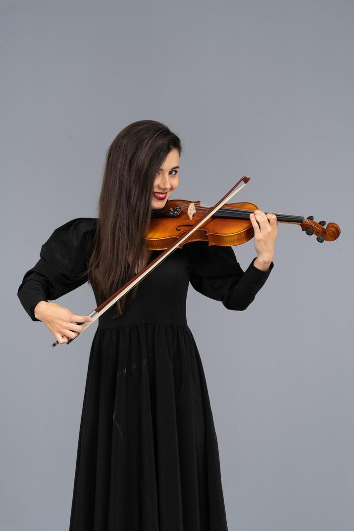Gros plan, de, a, jeune femme, dans, robe noire, jouer violon