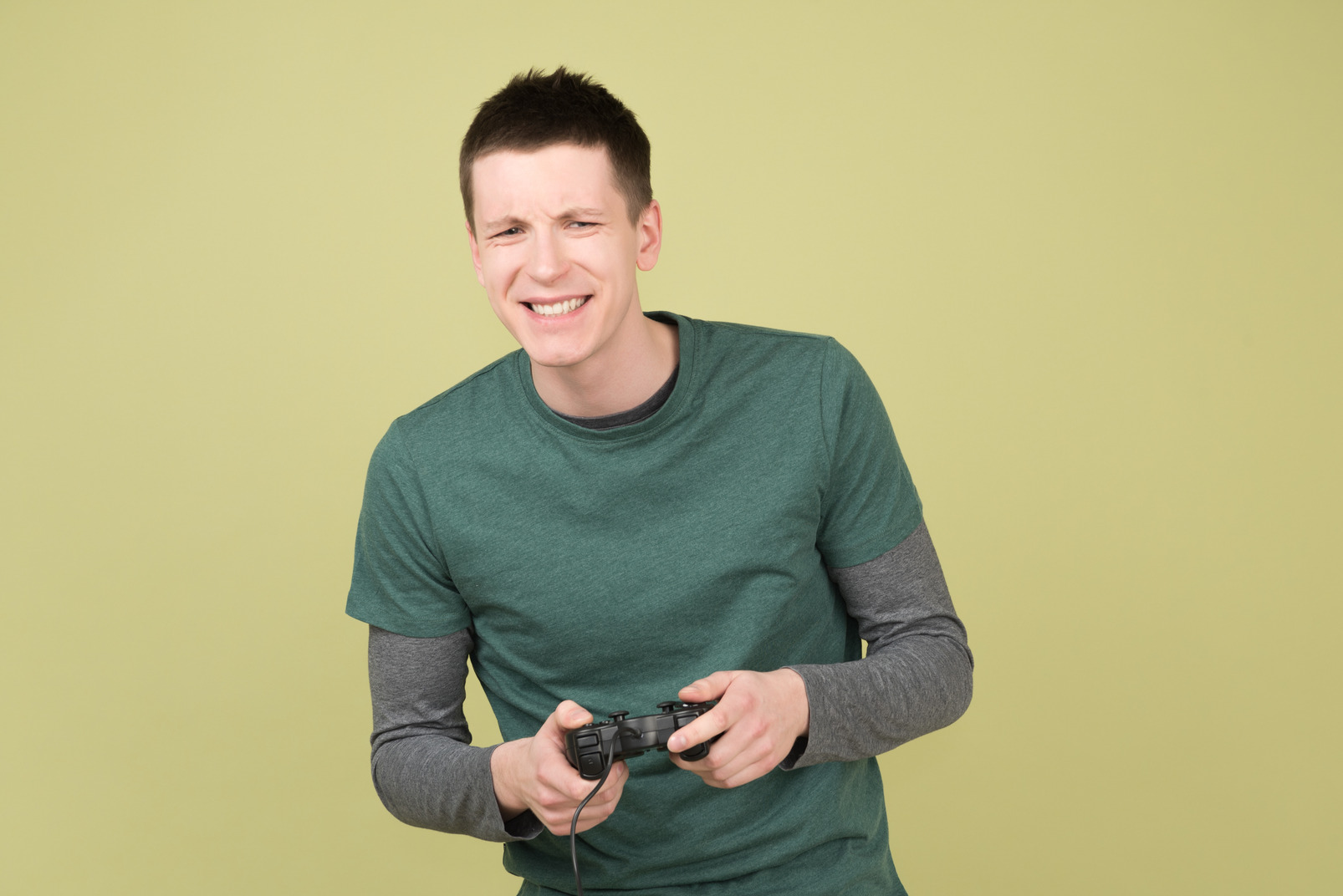 Junger mann hält einen joystick