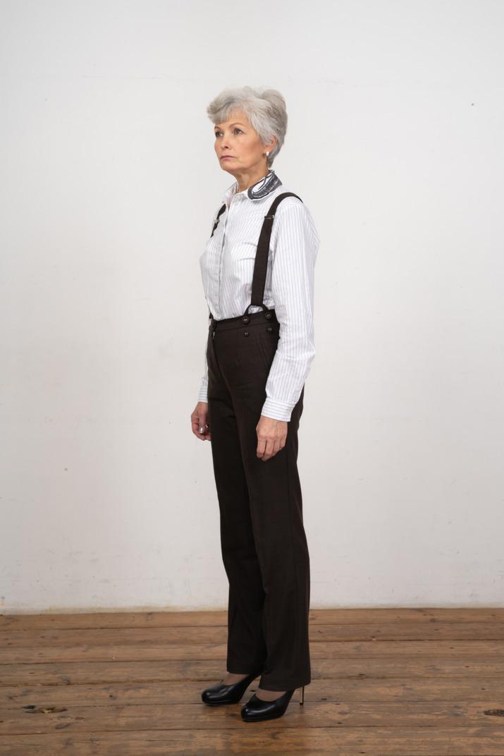 Seitenansicht einer selbstbewussten alten frau in bürokleidung