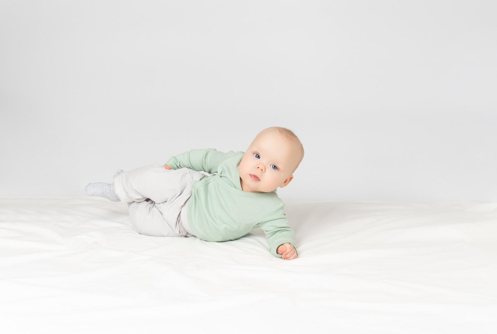 Baby auf dem rücken liegend
