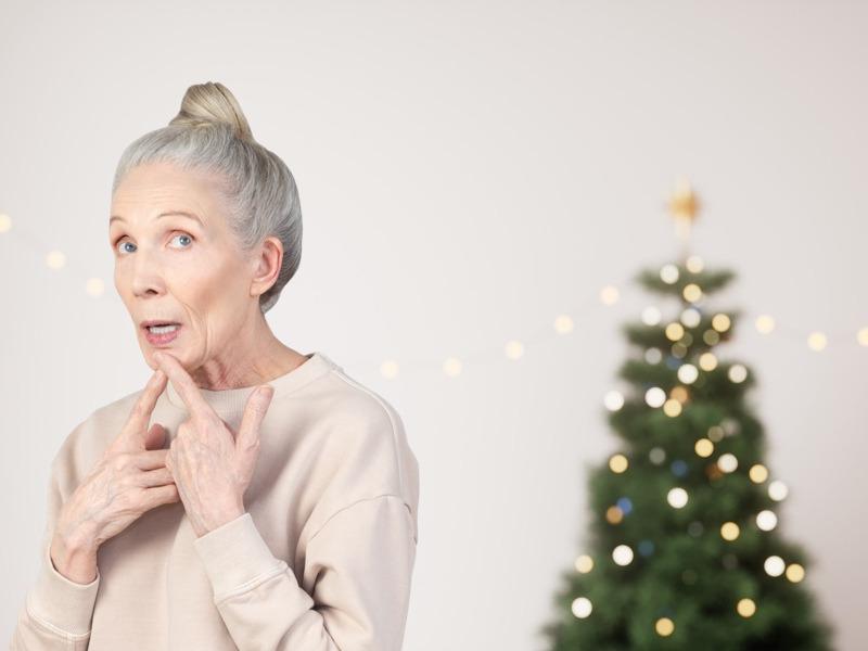 Anciana pensando en regalos de santa
