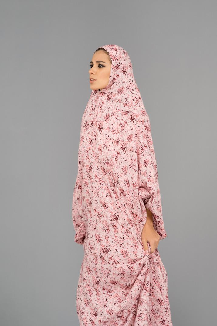 Muslimische frau, die ein gebetskleid trägt