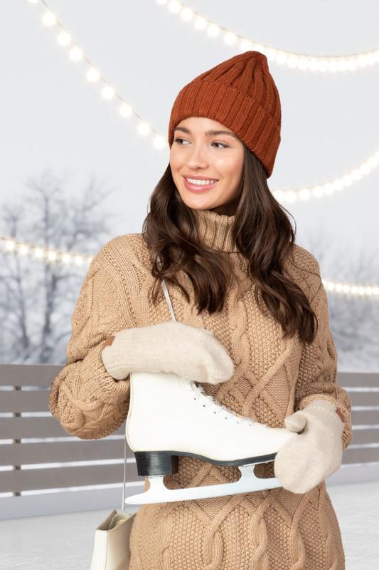 Mujer en suéter va a patinar sobre hielo