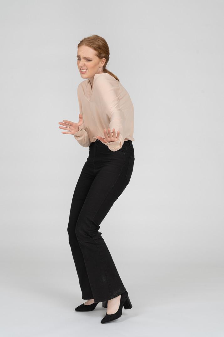 Mujer en hermosa blusa bailando