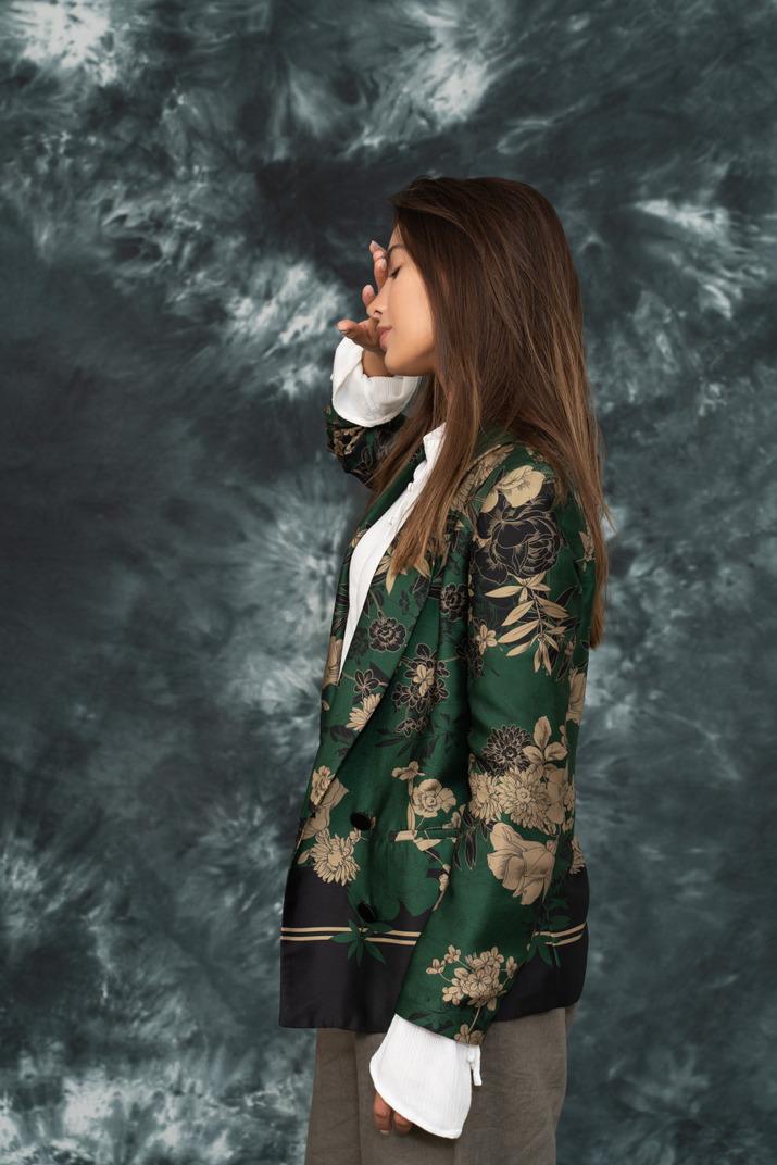 Seitenfoto des weiblichen modells, das kopfschmerzen hat