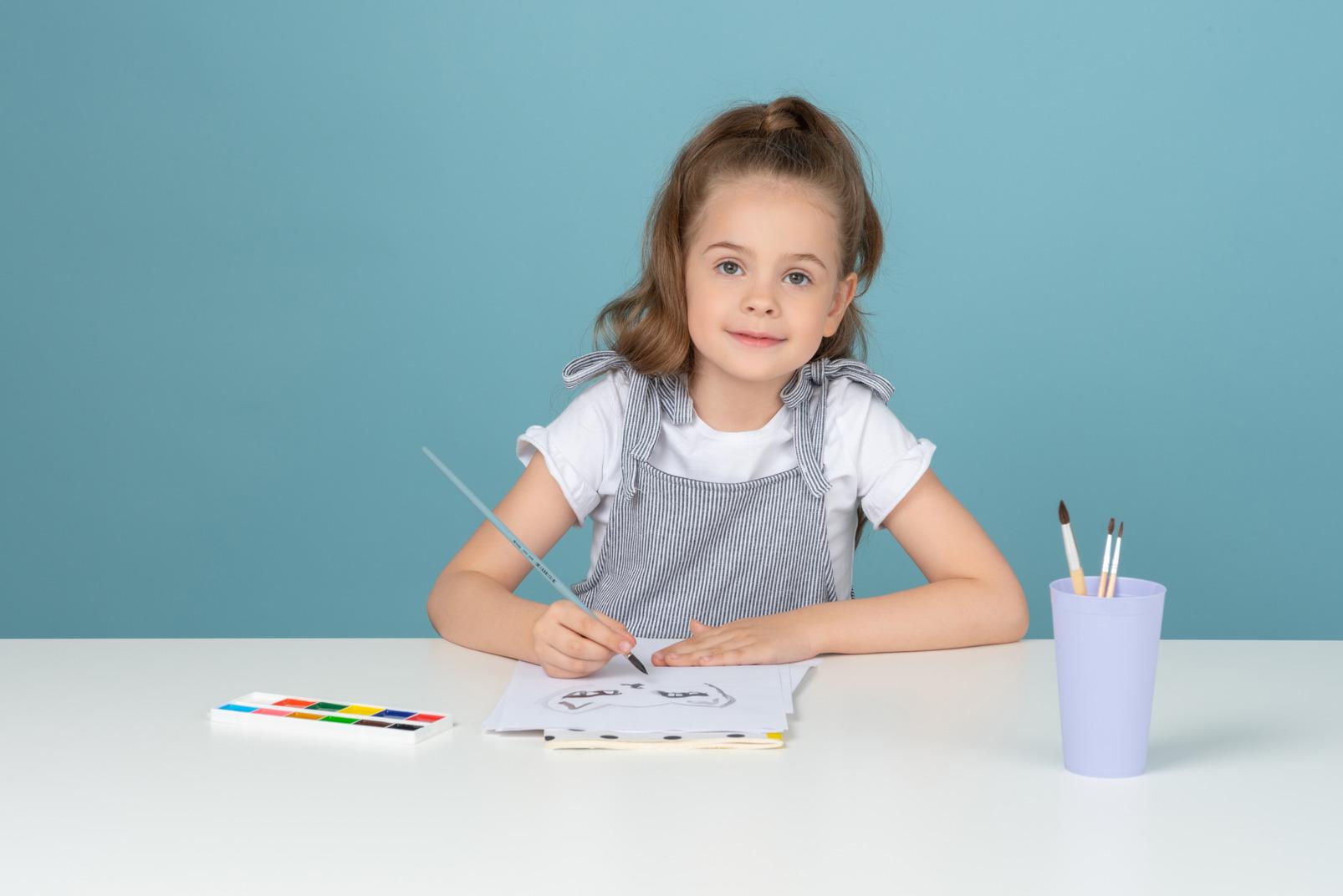 Süße kleine mädchen malen mit wasserfarben