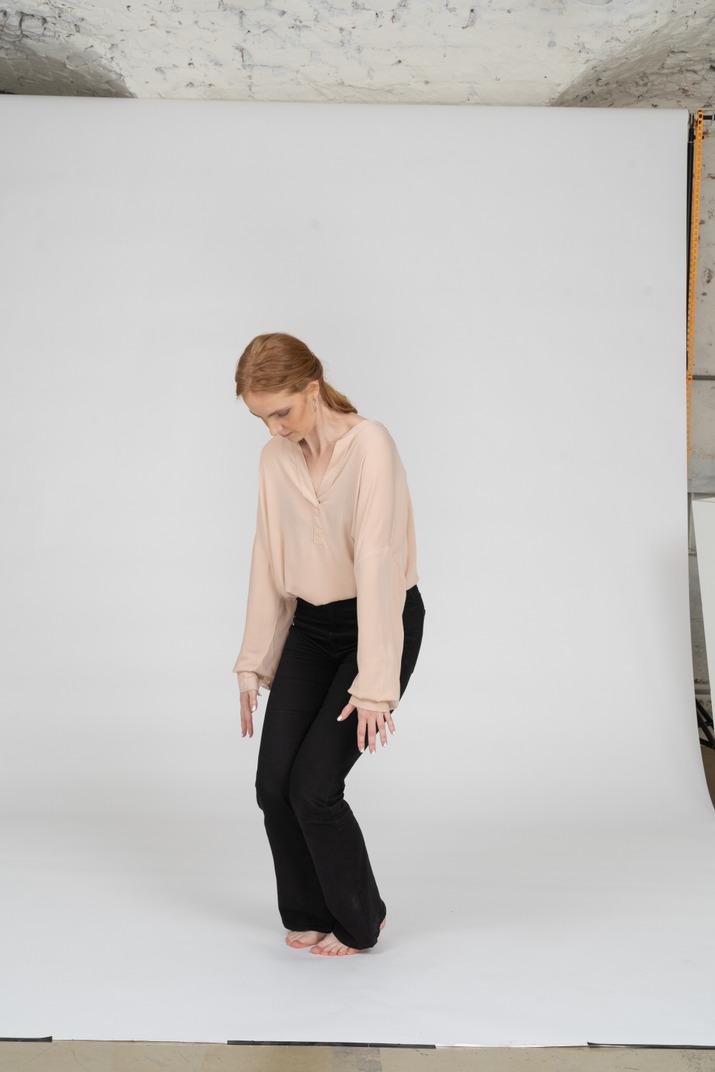 Frau in der schönen bluse stehend