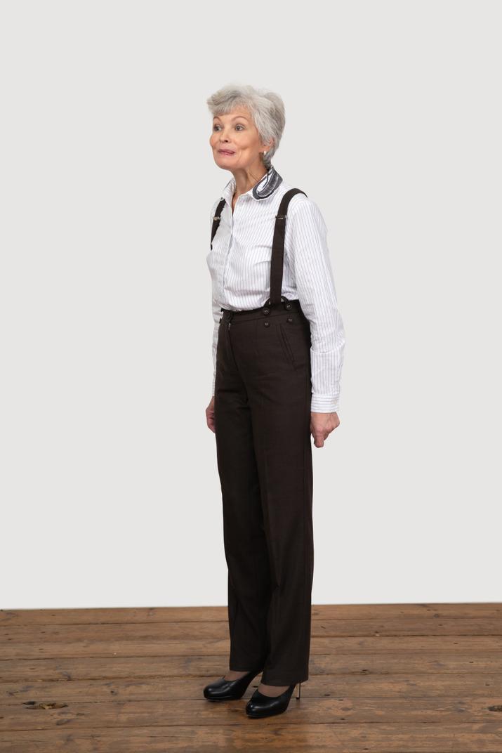 Dreiviertelansicht einer selbstbewussten alten frau in bürokleidung