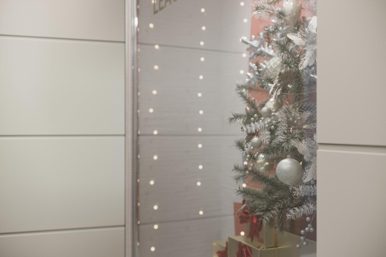 Arbre de noël décoré dans le miroir