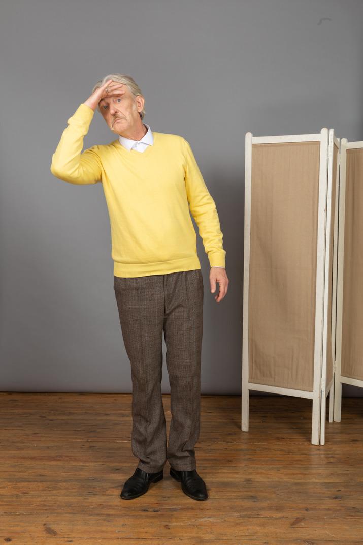 Vorderansicht eines alten mannes, der weit weg schaut