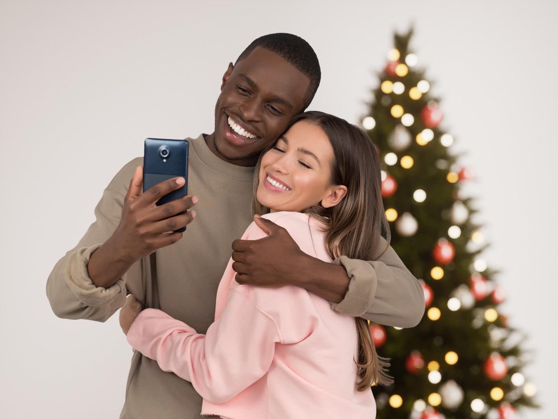 Feliz pareja interracial celebrando la navidad