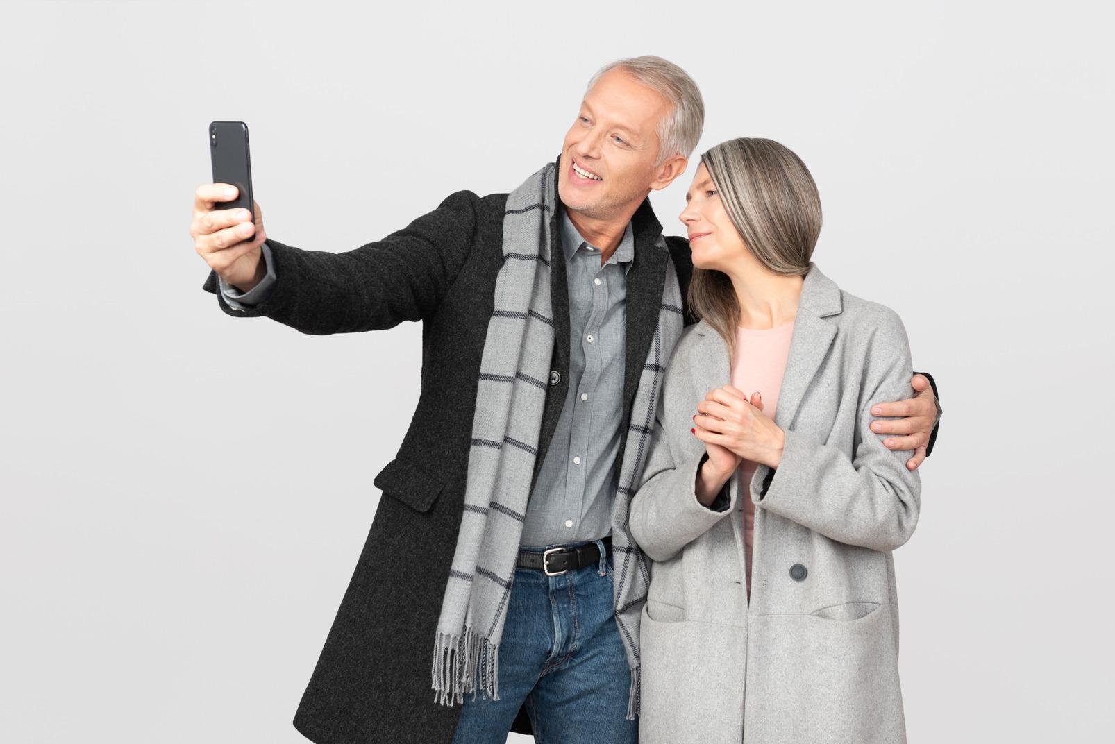 Homme et femme faisant selfie