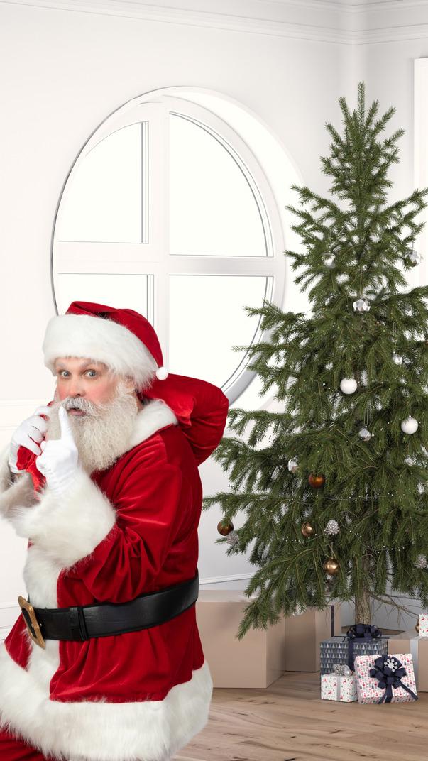 Weihnachtsmann in der nähe eines weihnachtsbaumes