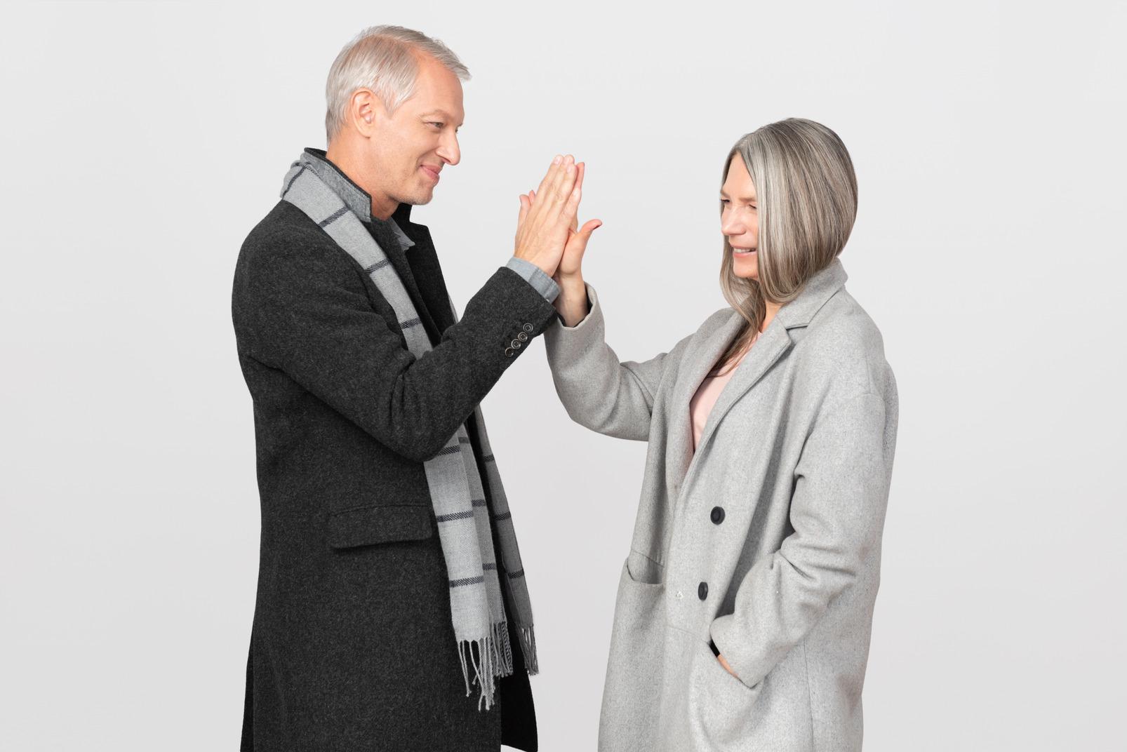 Homme et femme faisant cinq