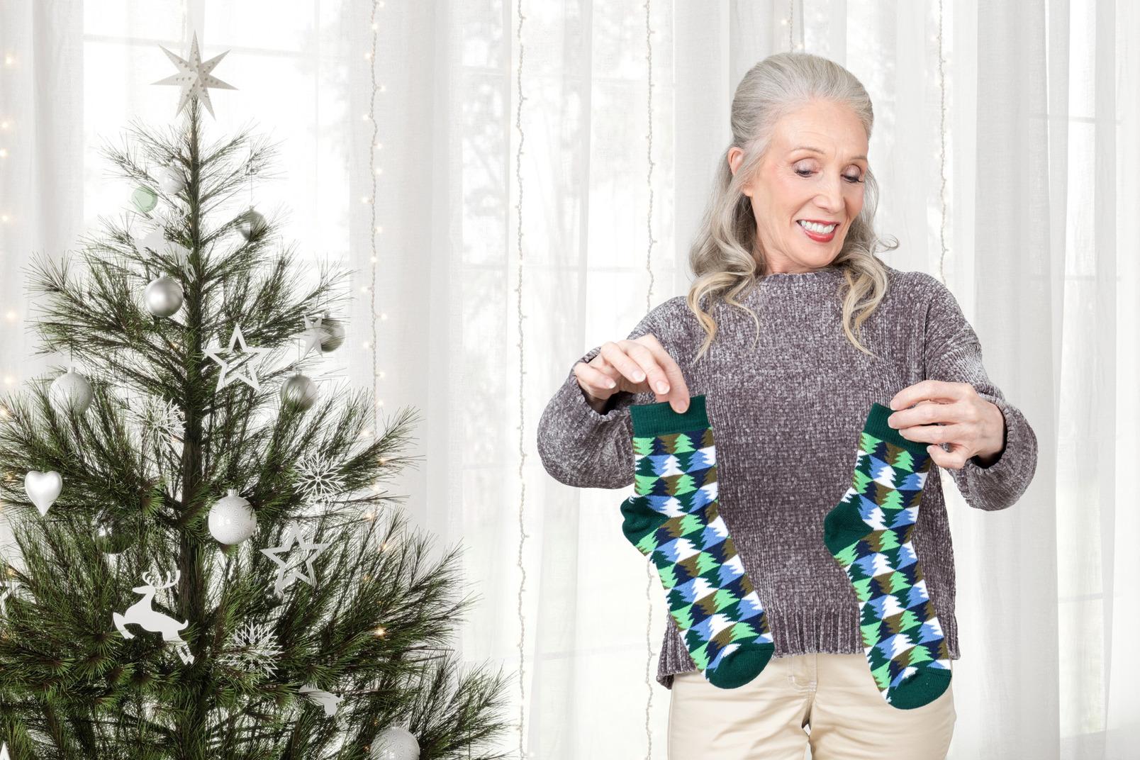 Alte frau bekam ausgezeichnete socken für weihnachten