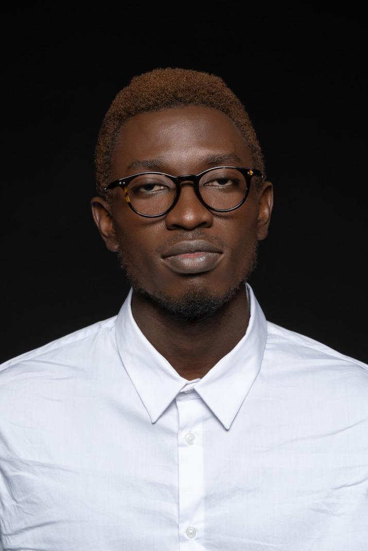 Nahaufnahme eines jungen mannes im weißen hemd und in der brille