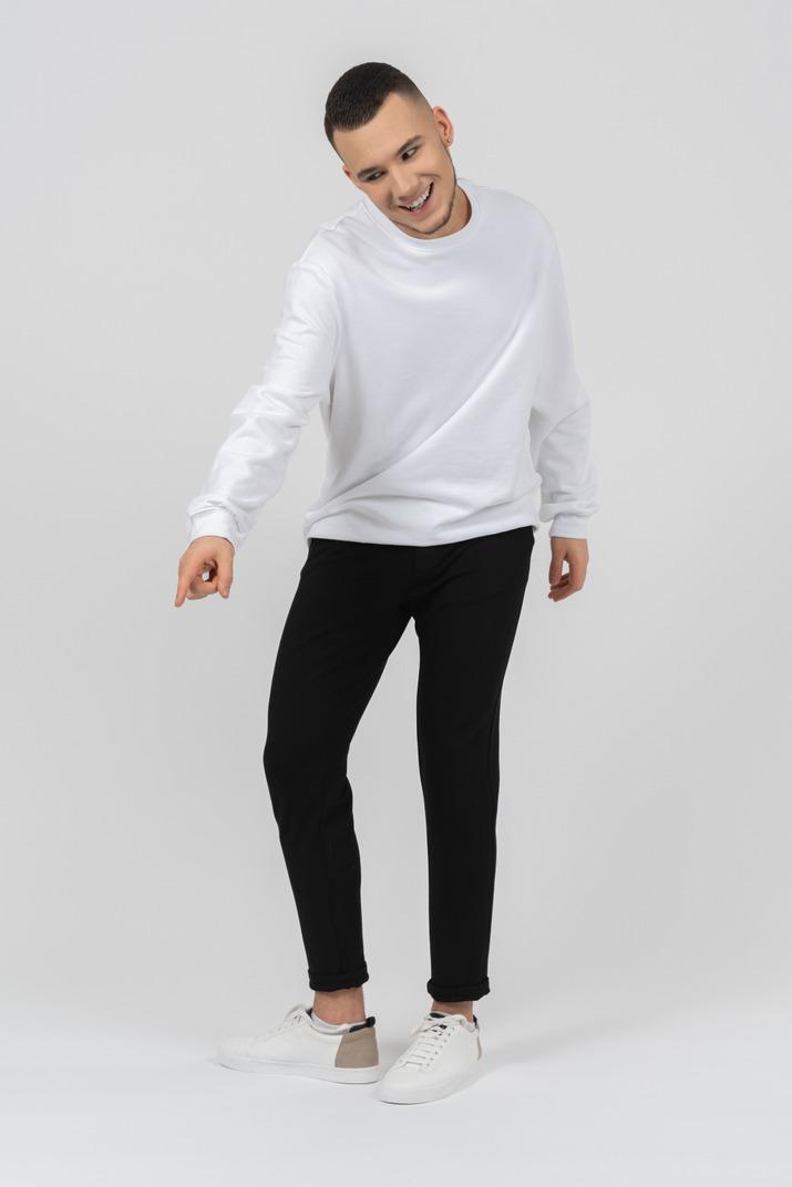 Eine jeans mit einem weißen t-shirt