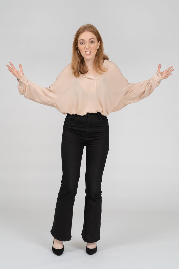 Mujer en hermosa blusa de pie